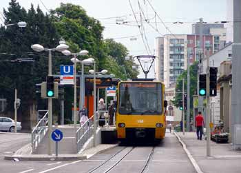 Visually different light rail / tramway / streetcar + other traffic signalling.